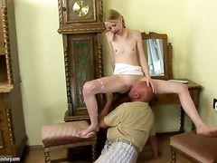 Порно два молодых трахают зрелую