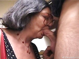 Порно бабушки раздеваются